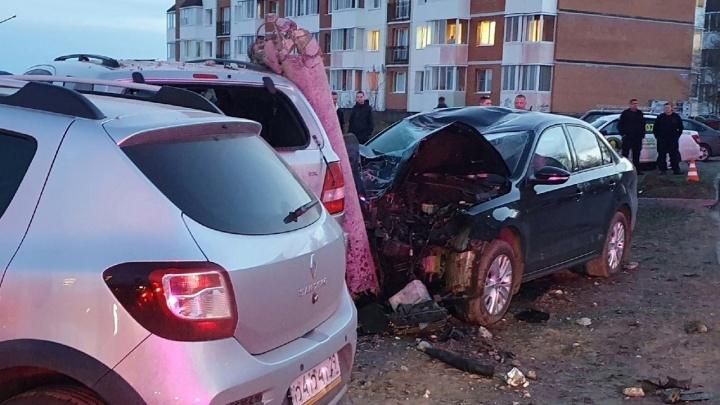 140 на спидометре: в Северодвинске автомобиль снес столб и въехал в две машины