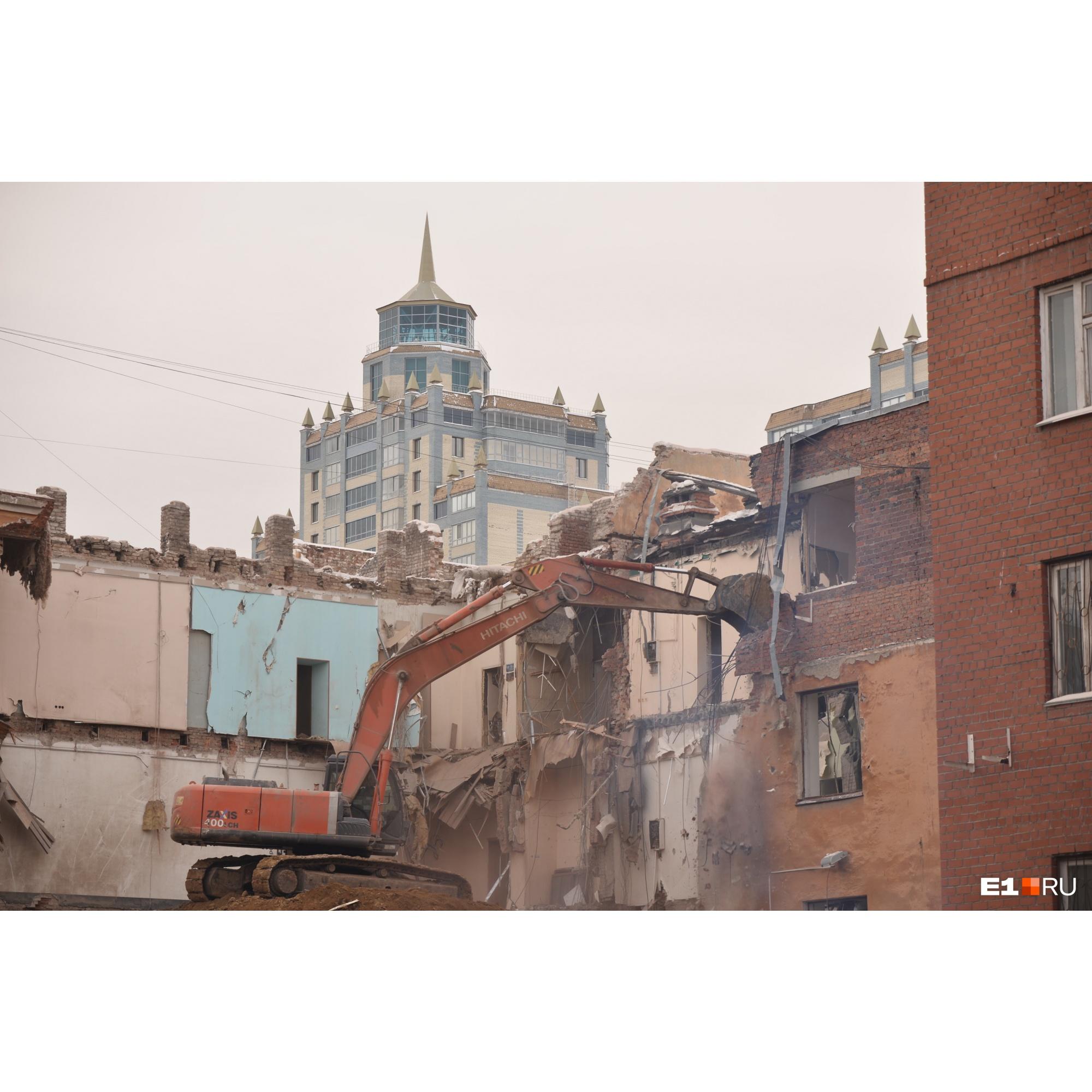 В корпорации «Маяк», которой принадлежит здание, говорят, что оно находилось в аварийном состоянии и спасти его было нельзя
