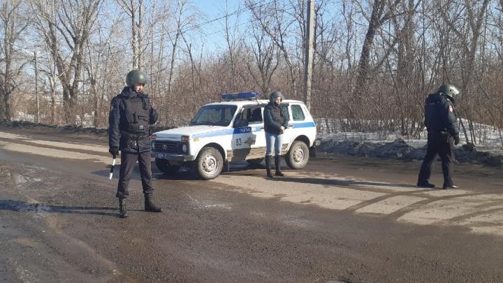 Силовики в касках и бронежилетах оцепили дороги в районе между Челябинском и Копейском