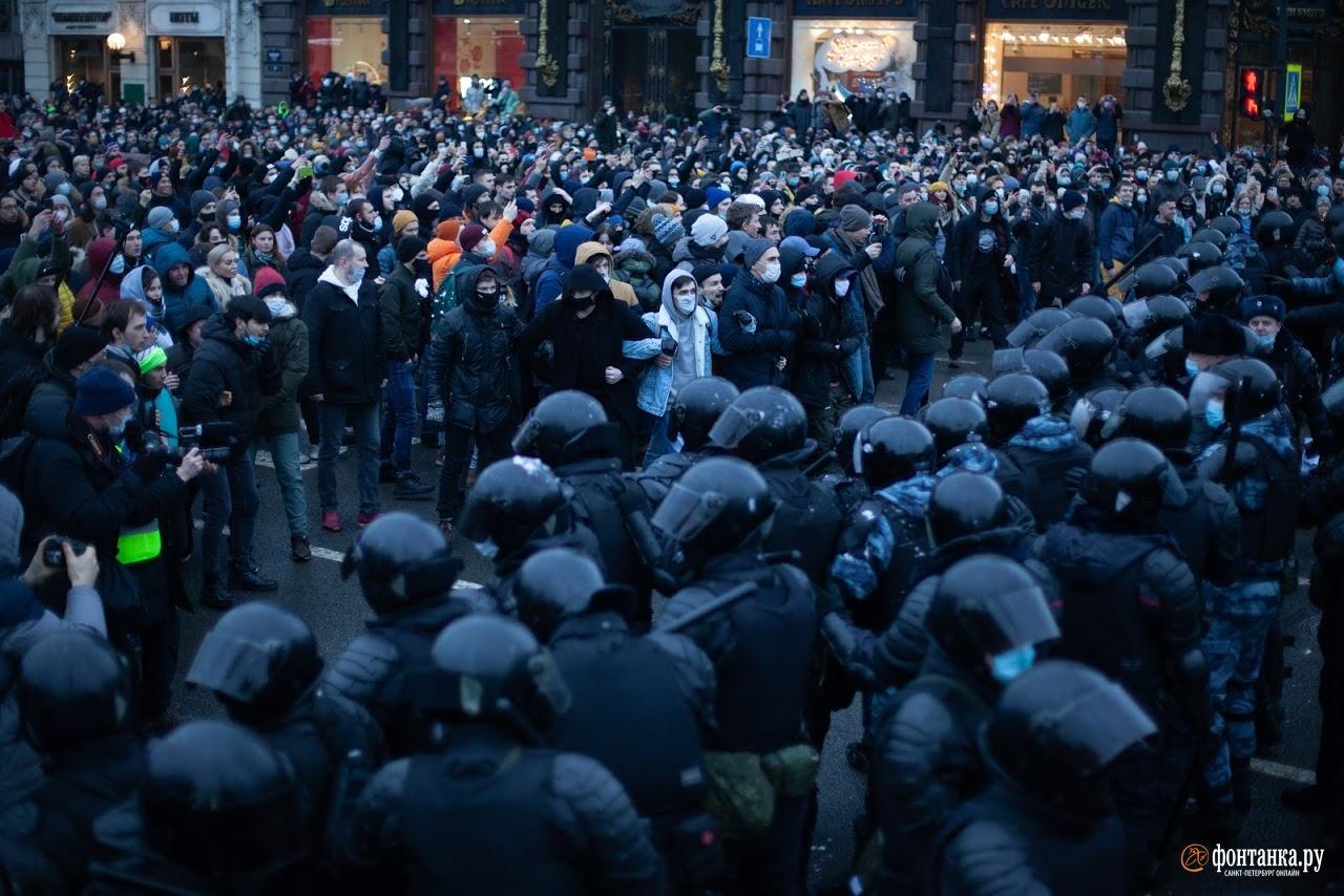 А это Санкт-Петербург: полиция и протестующие