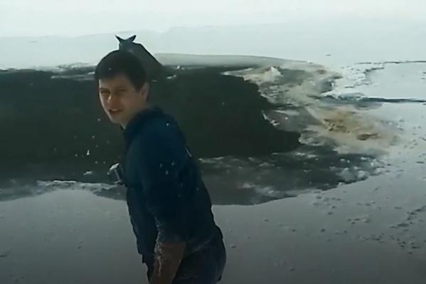 Мужчина босиком залез в воду