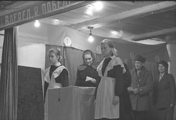 С пионерами, гармошками и в нарядной одежде: как ходили на выборы в Куйбышеве наши бабушки и дедушки
