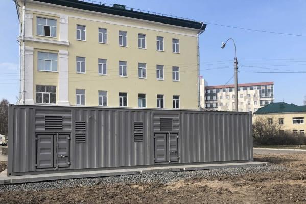 Станция установлена прямо на улице, но уже подключена к системе больницы