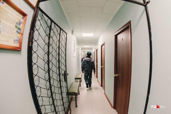 По данным полицейских, мужчина был пьян. Его поместили в комнату для административных задержанных, где он дожидался вердикта суда — меры наказания за совершенное административное правонарушение