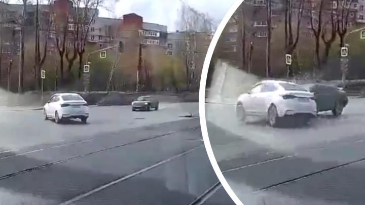 Mitsubishi даже не снизил скорость: момент ДТП на Гагарина попал на видео