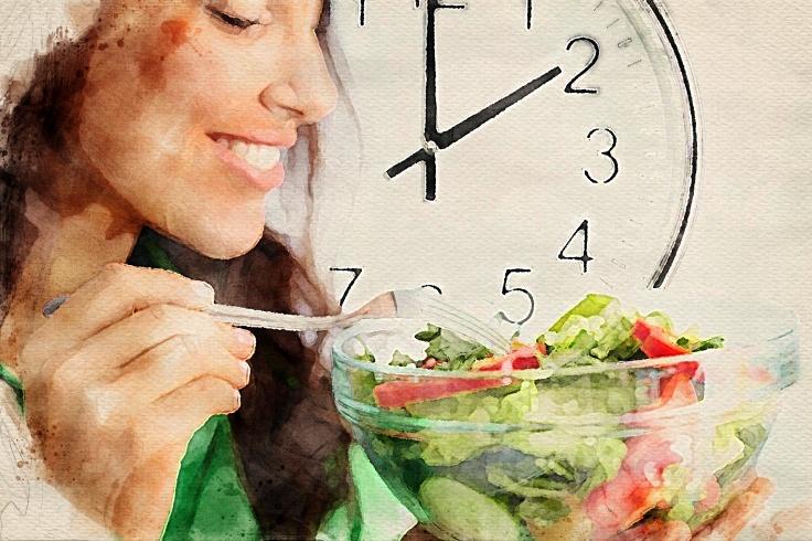 Для того чтобы есть ночью и худеть, важно не выходить за рамки суточной нормы калорий — если вы мало ели в течение дня, чай с тортом вечером вам не навредит