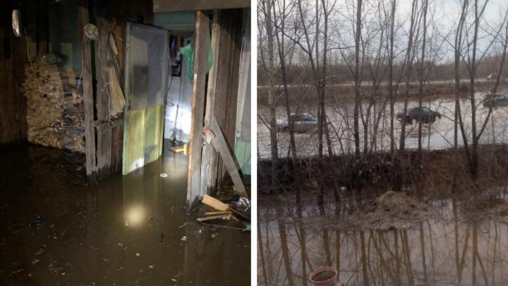 «У нас трагедия, бедствие!» Под Екатеринбургом затопило трассу и поселок, но последствия наводнения не устраняют