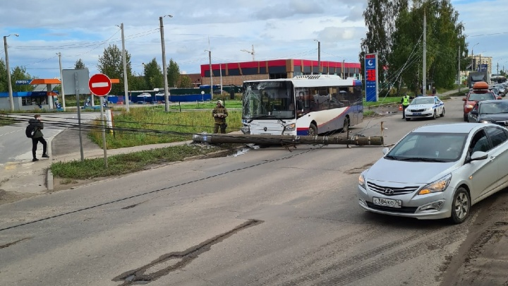 В Ярославле автобус с пассажирами въехал в электрический столб: есть пострадавшие