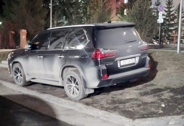 «Свинья свое место найдет». Новосибирцы остро реагируют на автохамов — 10 фото, как чудят автомобилисты