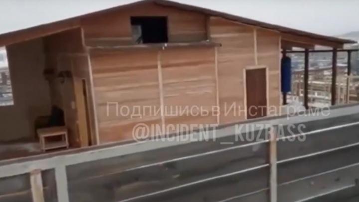 Прокуратура нашла нарушения в бане на крыше кемеровской многоэтажки. Рассказываем, какие именно