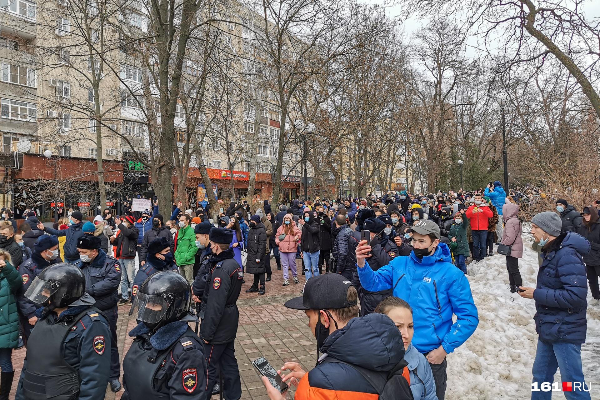 Заграждение разделило митингующих на две части: одна осталась возле публичной библиотеки, другая подходила к ней со стороны Чехова