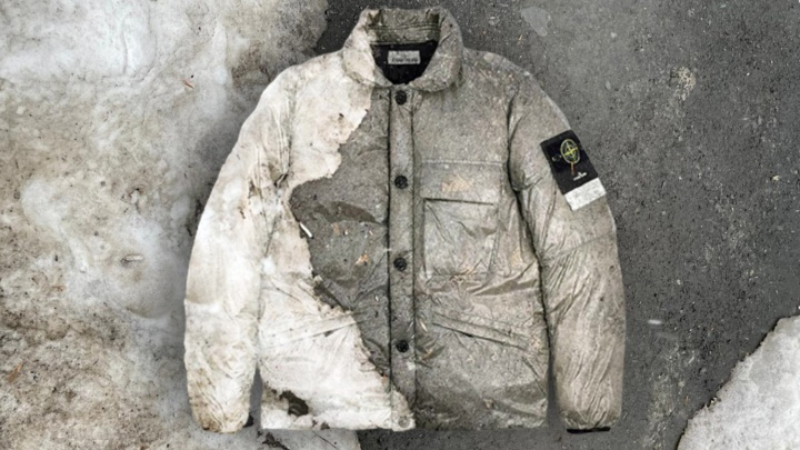Грязные новосибирские сугробы превратили в принт для модных курток: три картинки, где одежда сливается со снегом