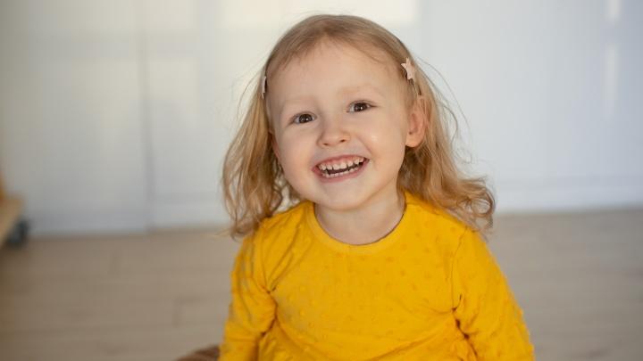 Трехлетней девочке из Перми на операцию собирают 21 миллион рублей. Рассказываем непростую историю Сони Поповой