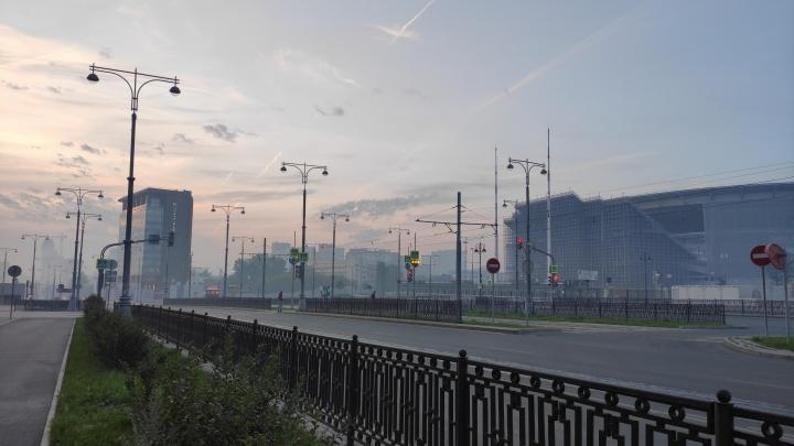 Заприте детей дома и не открывайте окна. Как не задохнуться от дыма в Екатеринбурге, накрытом смогом