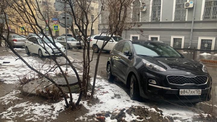 Яркая индивидуальность: автохамы Волгограда устроили соревнование на самую нелепую парковку