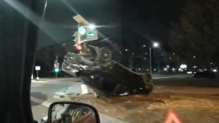 «Сильно измят и стоит на крыше»: страшная авария в Архангельске — перевернулся автомобиль