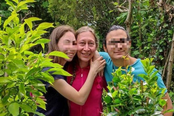 Здесь Элен с Исканом и Надеж в мае этого года