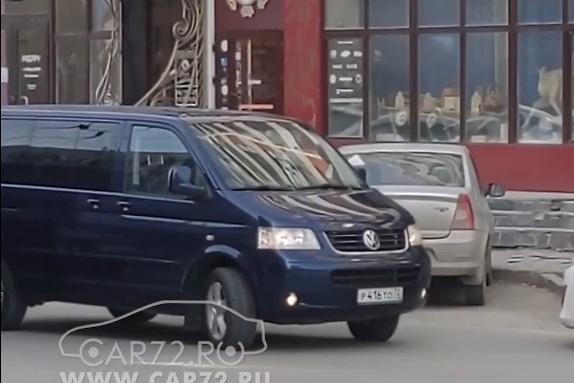 Автомобиль припарковался у ресторана «Чум»