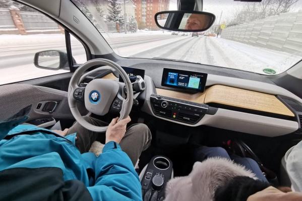 """Владелец «электрической» BMW Виктор убежден, что <nobr class=""""_"""">до -25</nobr> машина работает так же эффективно, как в теплое время года"""
