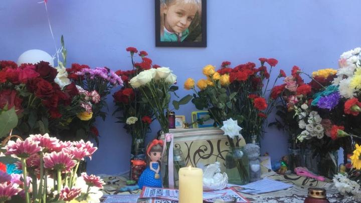 Люди приезжают, кладут цветы и игрушки, молчат. У дома Насти Муравьёвой в Тюмени появился мемориал