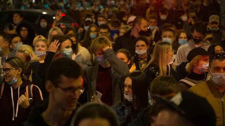 Участники несанкционированного митинга пошли колонной по центру Волгограда