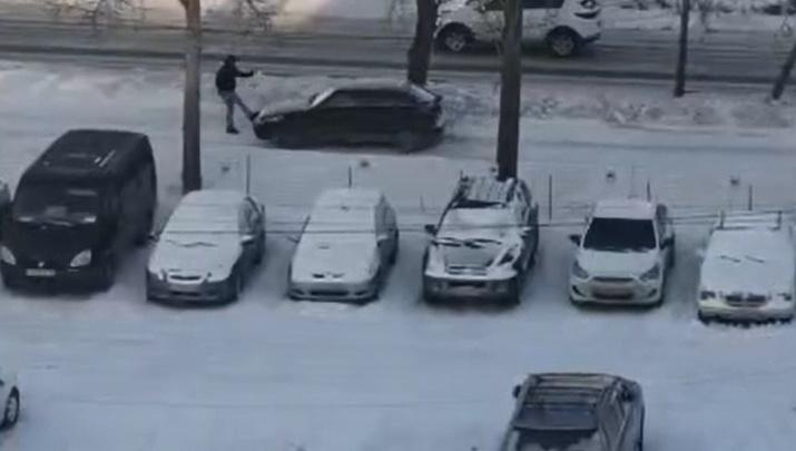 В Екатеринбурге водитель сбил пешехода, а потом подрался с ним: видео эпичных разборок