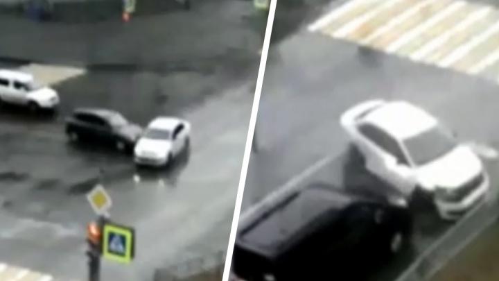 «Пешехода спасло чудо и несколько секунд»: в Нижнем Тагиле иномарка «сыграла в боулинг», устроив тройное ДТП. Видео