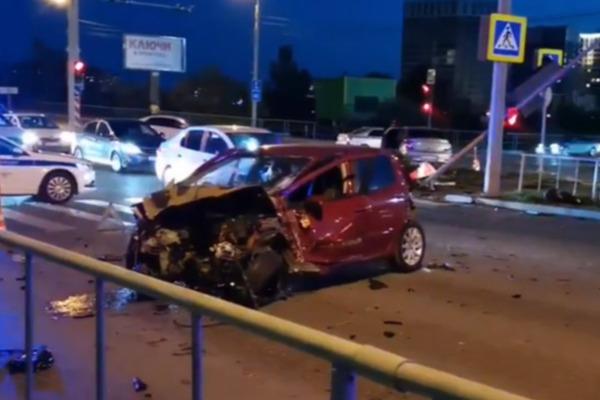 22-летний тюменец на скорости влетел в стоящее на светофоре авто — оба водителя в больнице