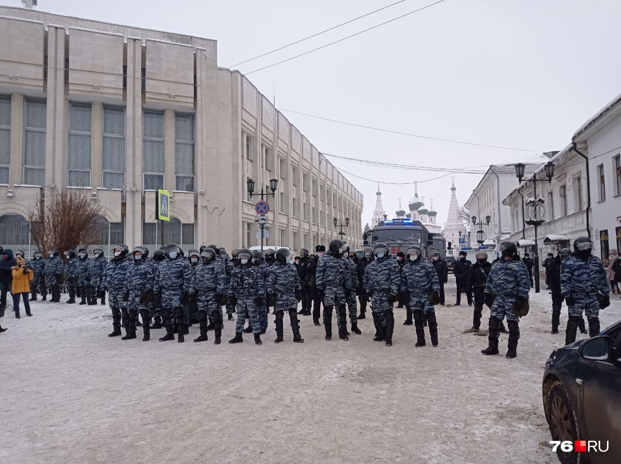 К протестной акции силовики подготовились хорошо. Все стояли в касках и масках