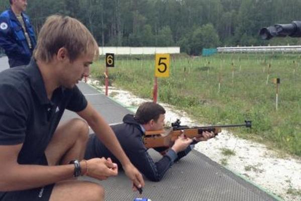 Евгений Куйвашев и Антон Шипулин подружились еще в 2013 году, спортсмен учил губернатора обращению с оружием на старом биатлонном стрельбище