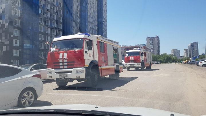 «Несколько машин приехало, вышки на верхние этажи выдвинули»: в Волгограде пожарные оцепили многоэтажный дом