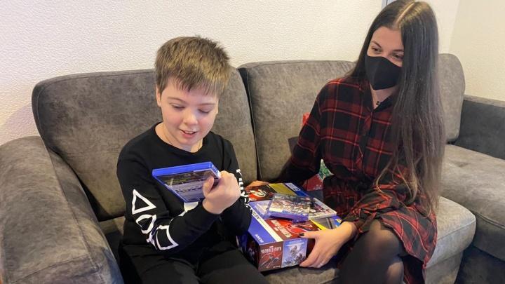 Дети из Екатеринбурга получили подарки от чиновников благодаря доброй акции