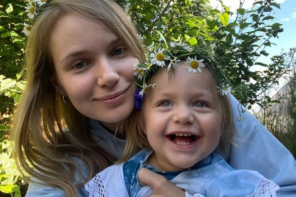 Сейчас Мия с родителями летит в Москву к специалистам
