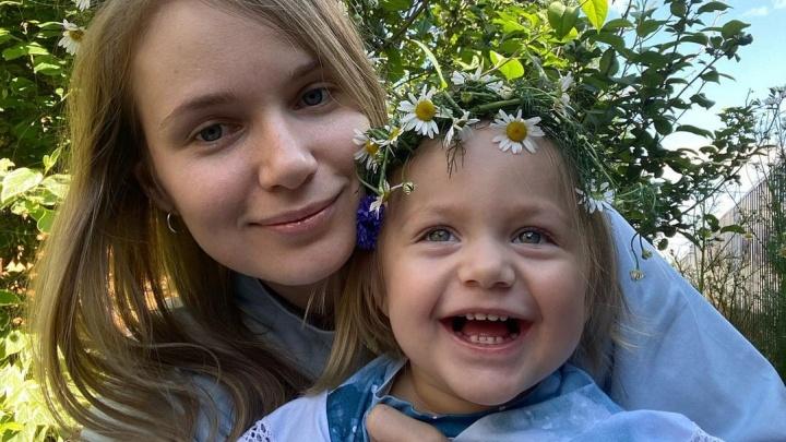 «Не хватит жизни, чтобы отблагодарить»: родители маленькой кемеровчанки Мии со СМА собрали 150 млн на лечение