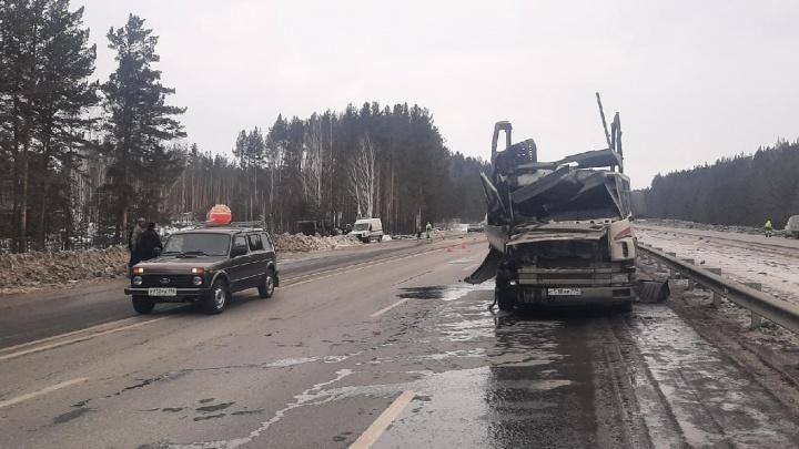 На Челябинском тракте столкнулись автовоз и самосвал. Один из водителей в больнице