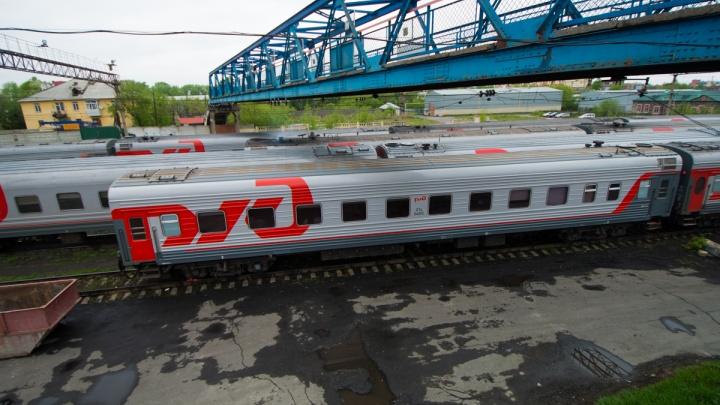 «Кричал на весь вагон». Свердловчанин устроил пьяный дебош и напал на начальника поезда