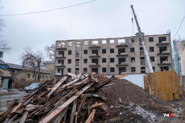 """Демонтаж здания на <nobr class=""""_"""">Береговой, 117</nobr> вместо 30 дней, которые прописаны в договоре, уже растянулся на несколько месяцев"""