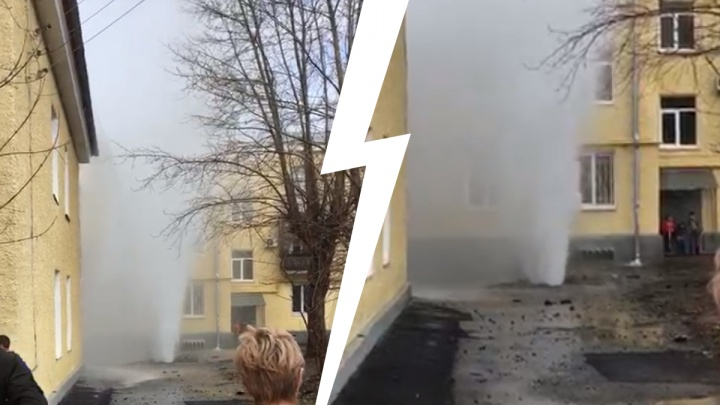 На Эльмаше из-под земли хлынул фонтан горячей воды высотой в три этажа. Видео
