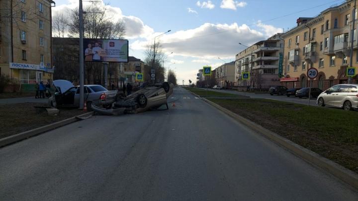 В Нижнем Тагиле Nissan протаранил ехавшую впереди Lada и перевернулся
