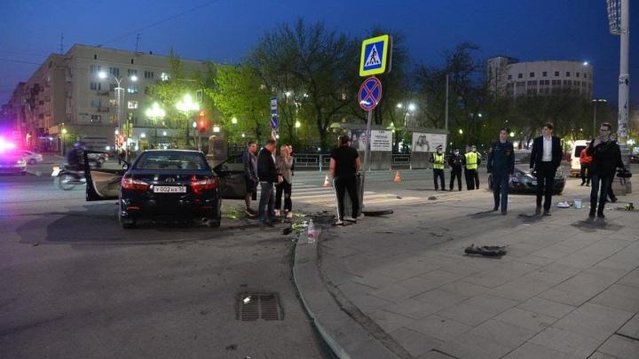 SEAT летел на красный: публикуем момент ДТП в центре Екатеринбурга, где пострадали шесть человек