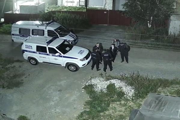 Полицейские приехали через час и отправились на поиски мужчины с оружием