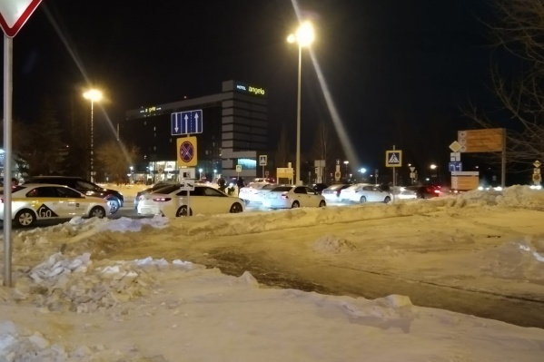 Автомобили не могли подъехать к аэропорту