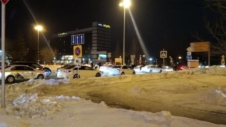 «Не работают шлагбаумы на парковке»: на въезде в Кольцово выросли большие пробки