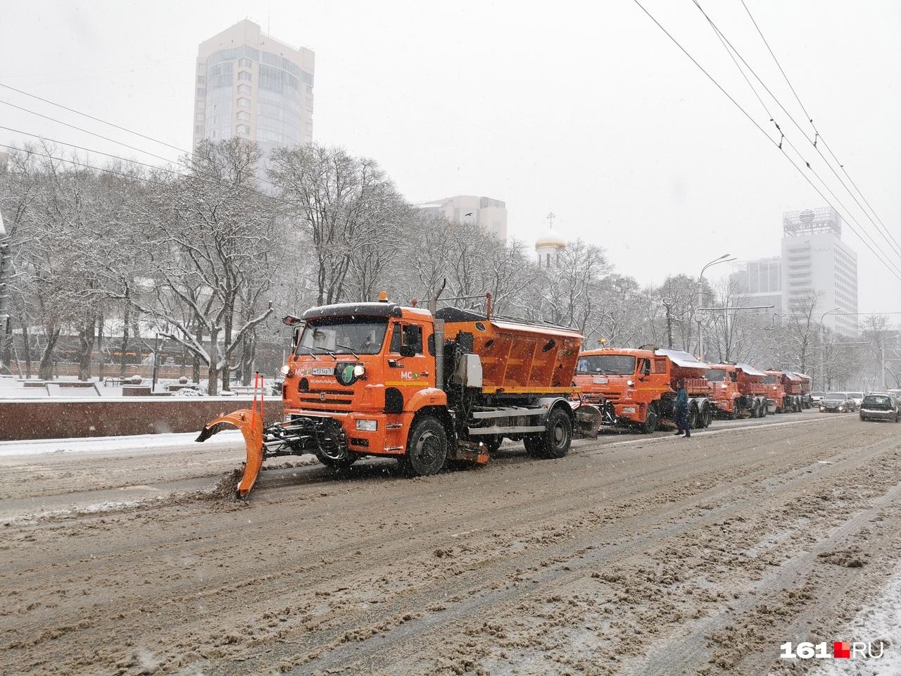 В городе уже чистят дороги