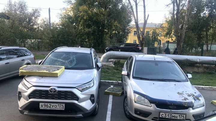 В Челябинске с фасада новостройки отвалился утеплитель и разбил припаркованные во дворе машины