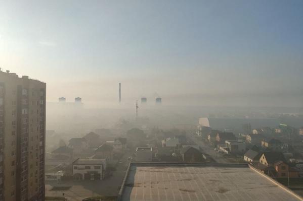 Город окутан дымом лесных пожаров