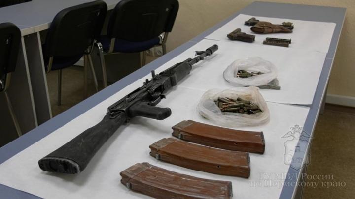 Автомат, 2 пистолета, 140 патронов: в Прикамье вооруженных рэкетиров приговорили к 28 годам на двоих
