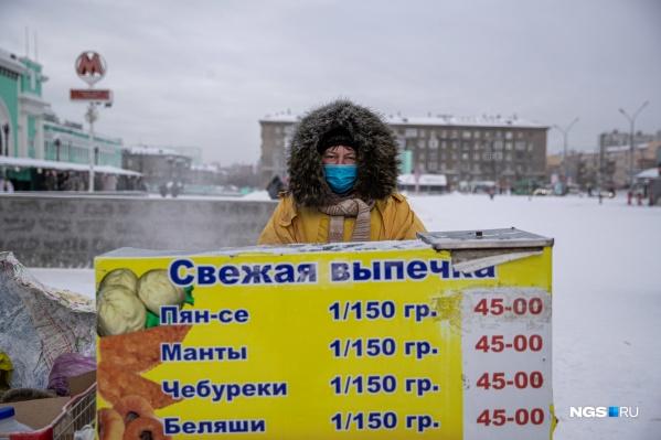 Оксана продает пян-се на площади у вокзала уже 8 лет и выходит работать даже в лютые морозы