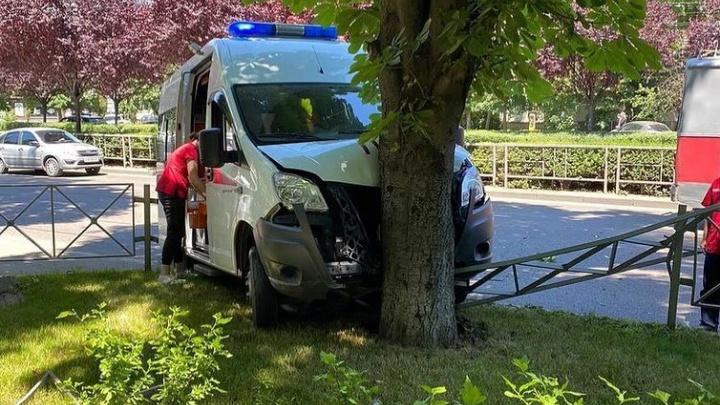 В Краснодаре после ДТП скорая влетела в дерево, пострадал фельдшер