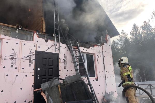 Пожар начался в строящемся доме
